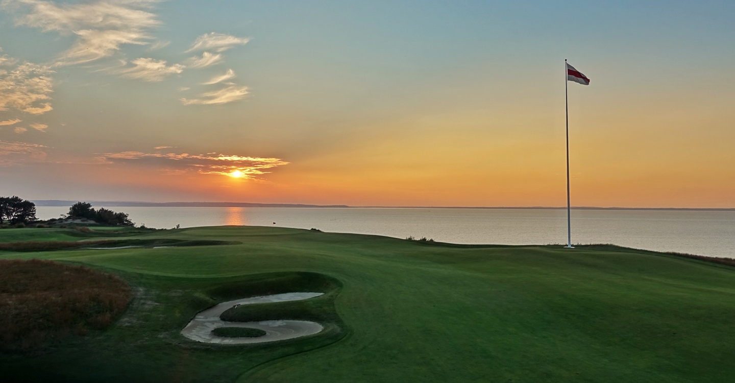 Final artistic flourishes on the 18th's bunkering