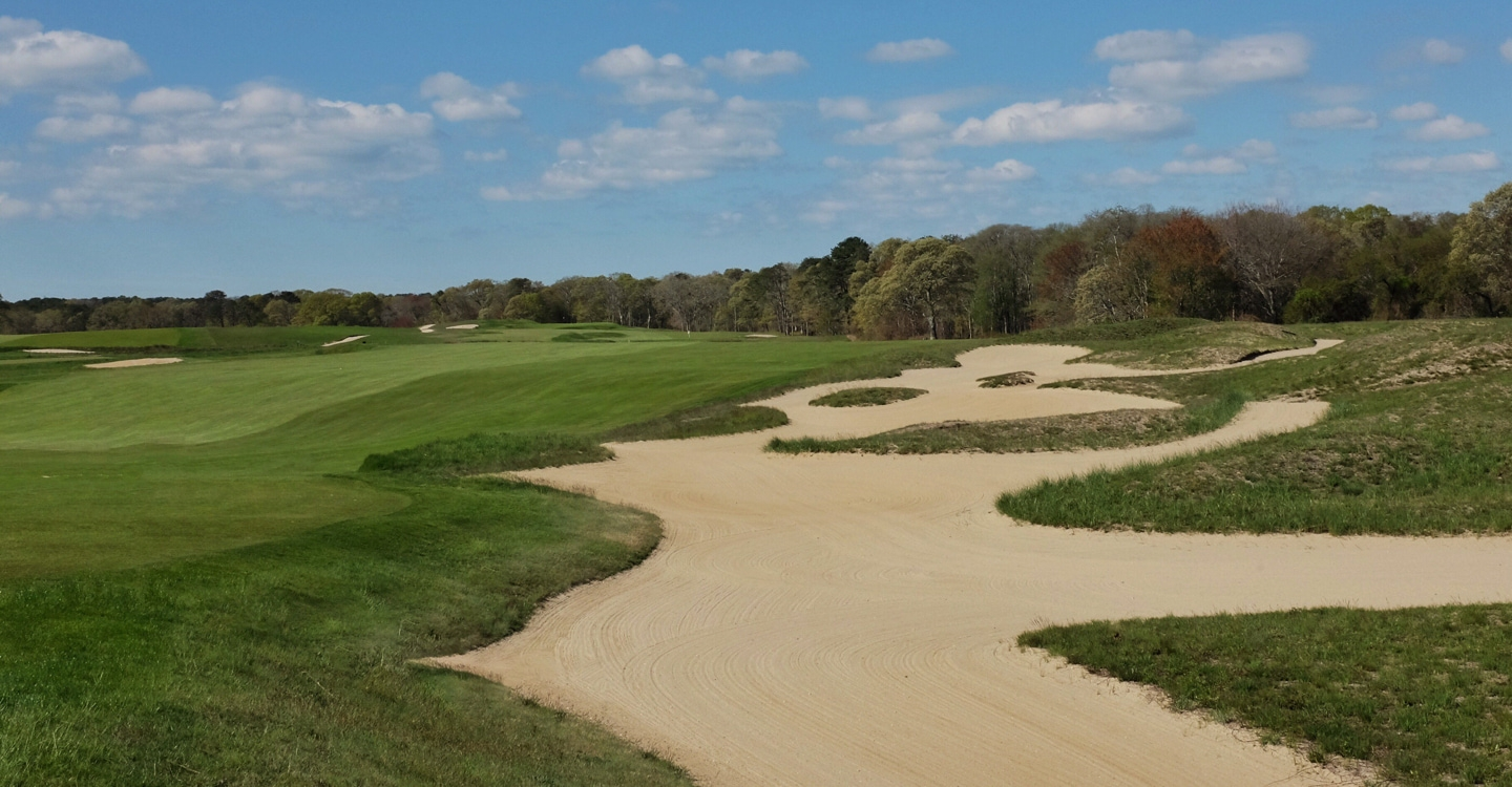 An enormous bunker plays the role of the corner hazard