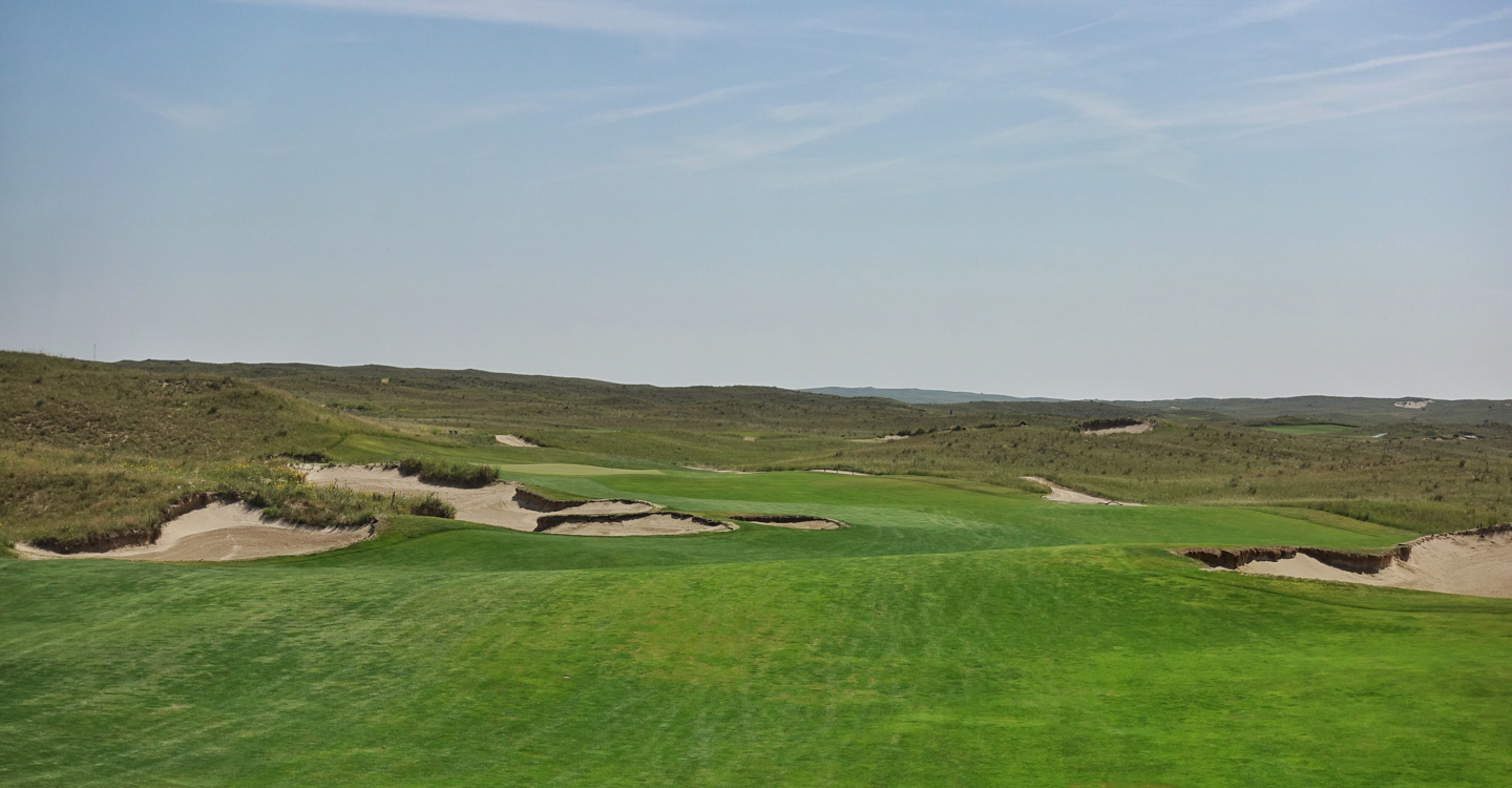 The winding fairway allows play to the edges