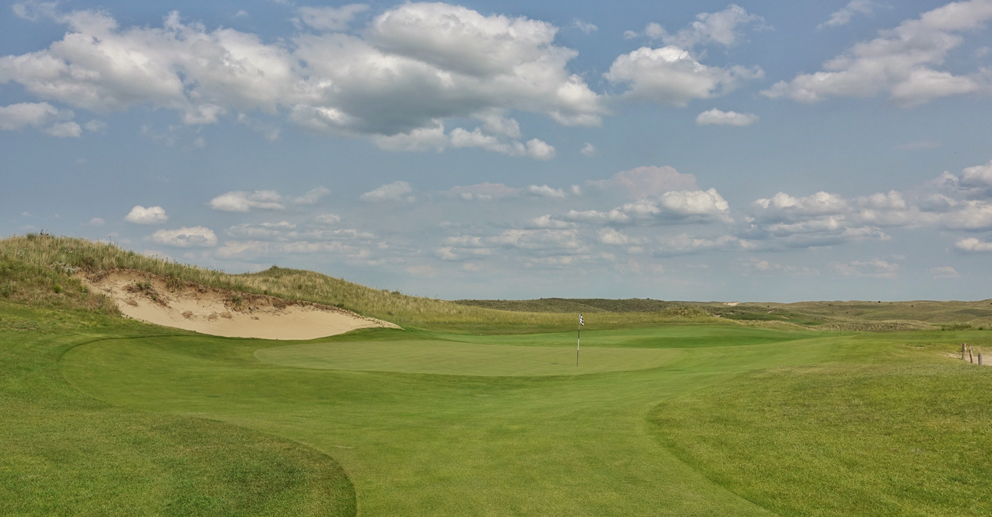 The green lays very gently between the bunkers and slopes