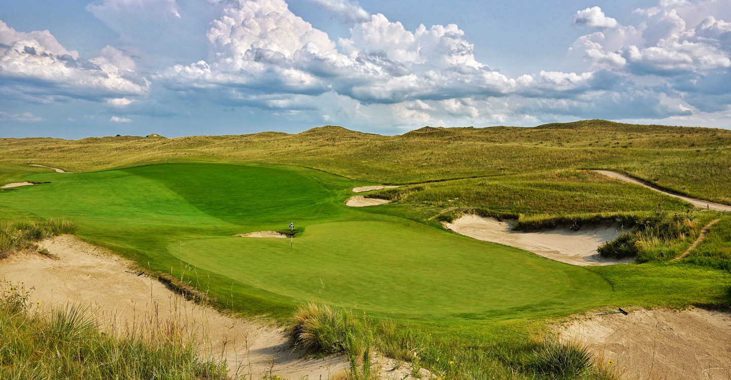 An iconic green wonderfully set amongst the dunes