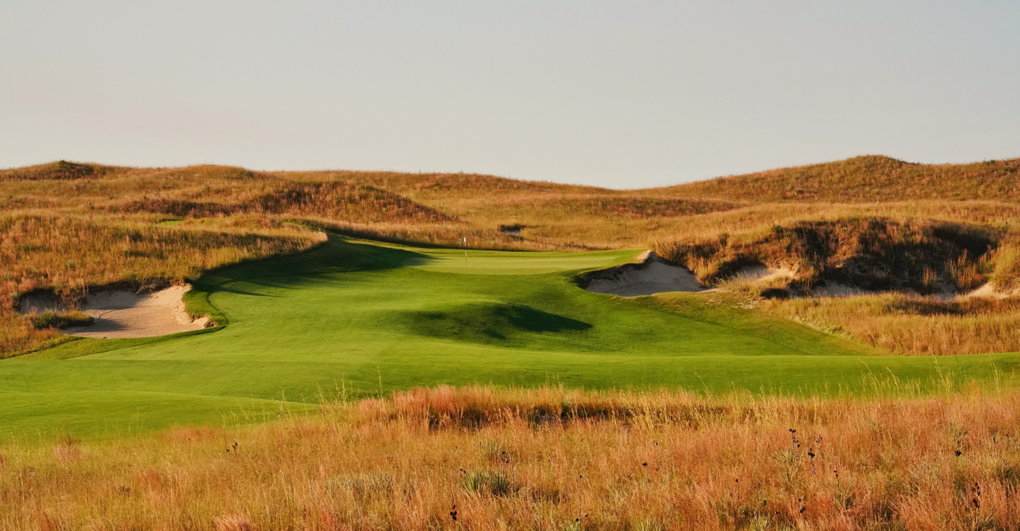 The approach from the right gives a good look at the perched green