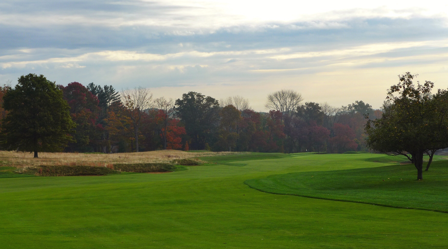 The 1st turns right with bunkers guarding the outside of the dogleg